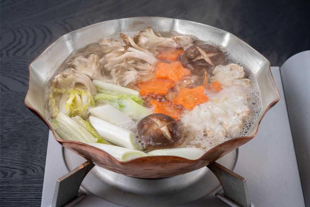 銅鍋で作る鍋料理、銅鍋で野菜をグツグツ煮込む