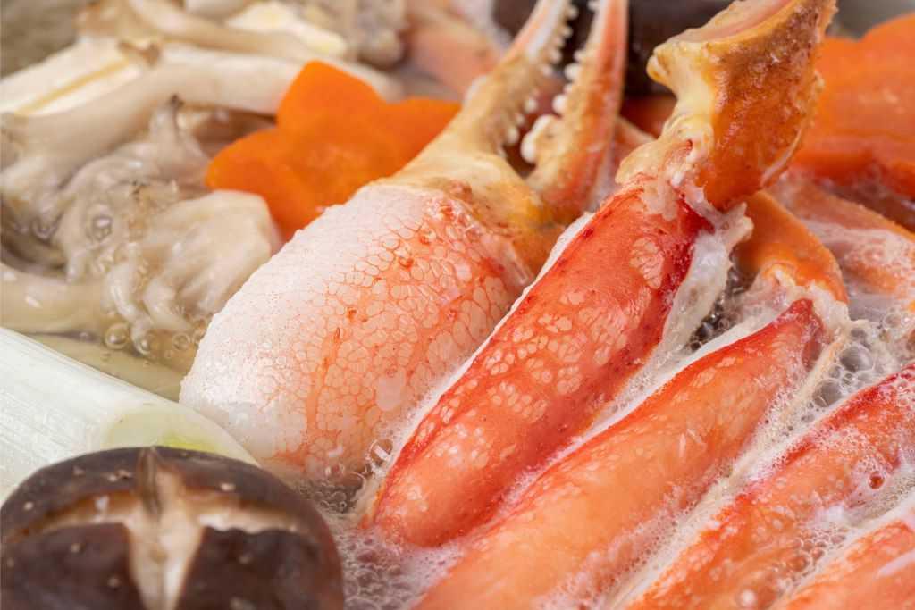 生ズワイガニの爪肉と足肉を銅鍋で煮込む