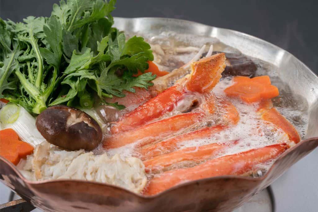 銅鍋で作るズワイ蟹鍋、カットずわい蟹の足肉・爪肉・肩肉・椎茸・人参・春菊・長ネギ