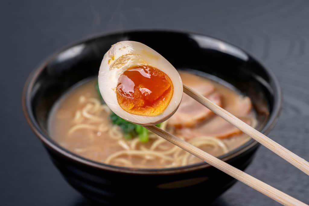くまもと風土の熊本ラーメンに煮卵をトッピング