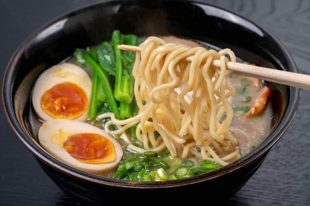 ラーメンの麺を箸で持ち上げる、熊本ラーメン