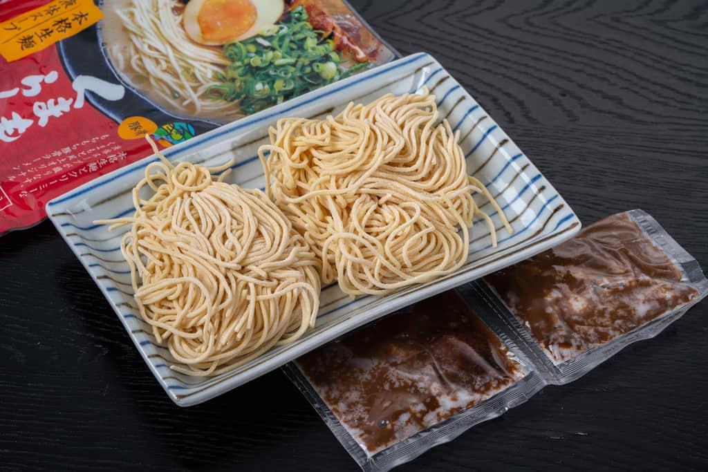 くまもと風土のくまもとラーメン1袋の中身、熊本ラーメンの中太ストレート麺2玉と液体スープ2袋