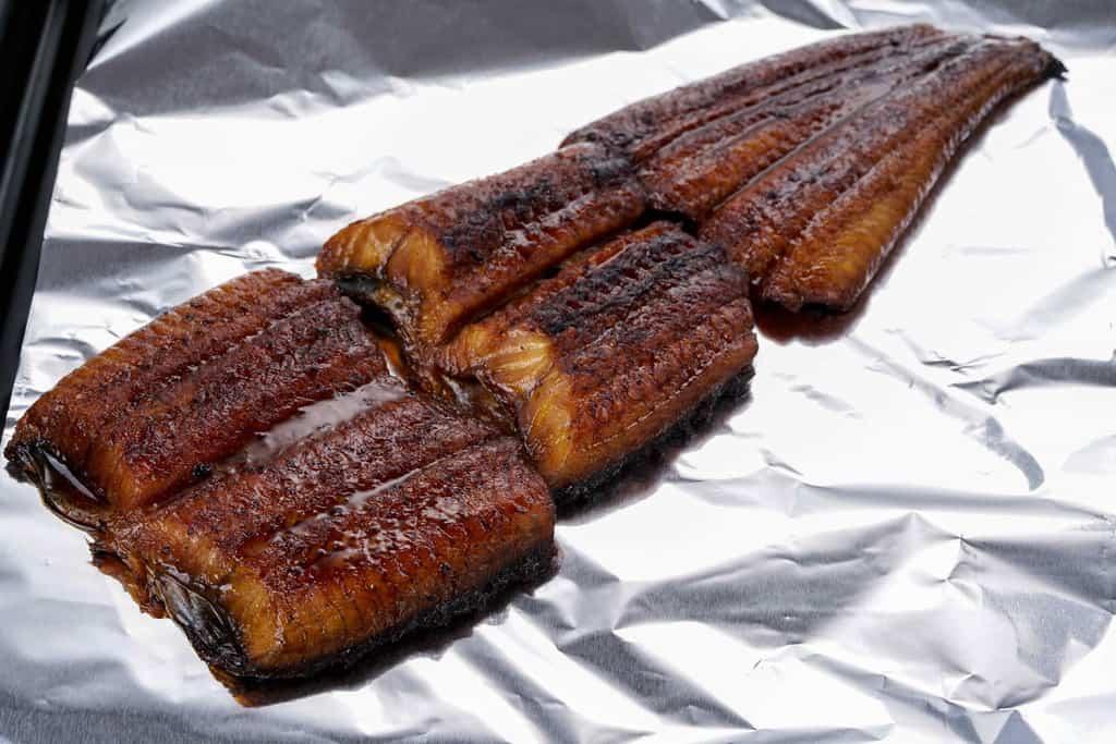 アルミの上に乗ったくら寿司の鰻の蒲焼き