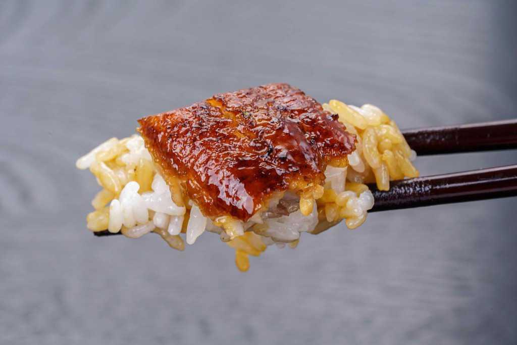 ご飯の上に乗ったくら寿司のうなぎ蒲焼き、うな丼