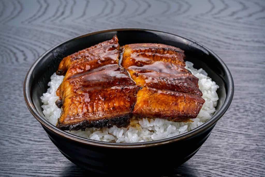 丼ご飯の上にくら寿司のうなぎ蒲焼2切れを盛り付ける、うな丼、うな重