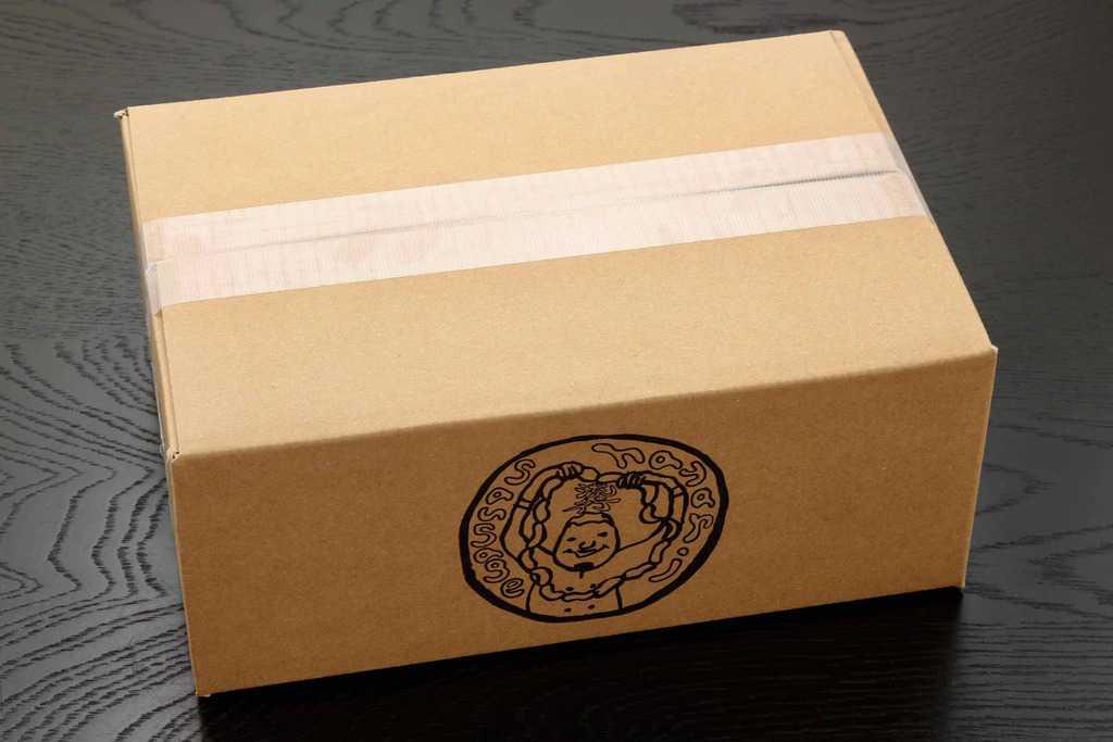 世界のソーセージhayariのロゴ入りダンボール箱