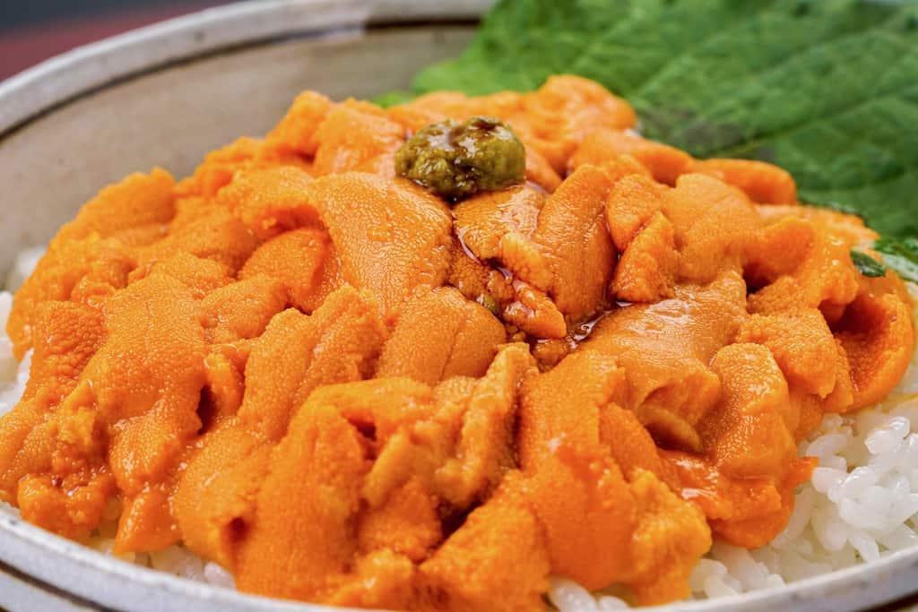 北海道利尻産エゾバフン生ウニ丼、生うに丼・醤油さし・箸・箸置き