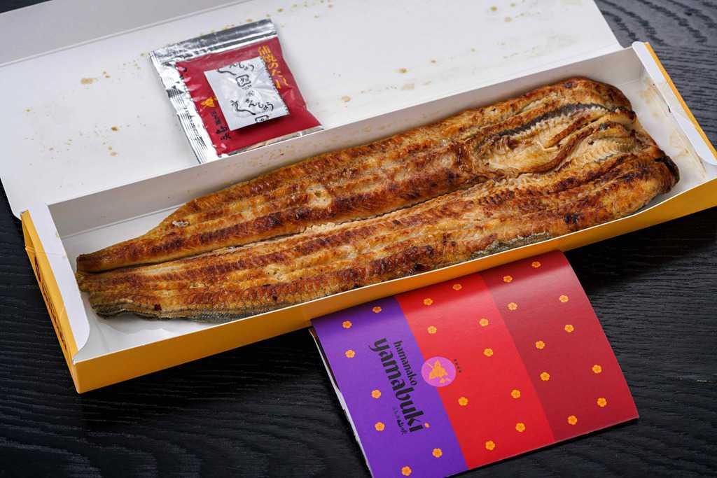 浜名湖山吹の活うなぎ長蒲焼き(特大)140gサイズ1本とリーフレット、通販・お取り寄せ関東風のウナギの蒲焼き