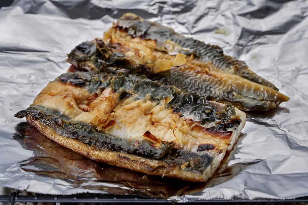 鰻の蒲焼きを炙る