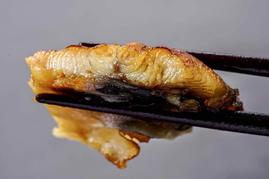 浜名湖山吹のうなぎ蒲焼きの断面、脂が乗った鰻の蒲焼き
