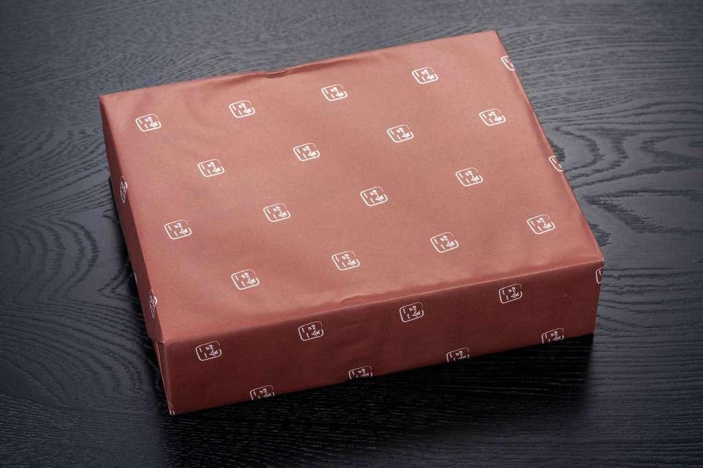 一品一会のロゴがデザインされた包装紙に包まれた箱