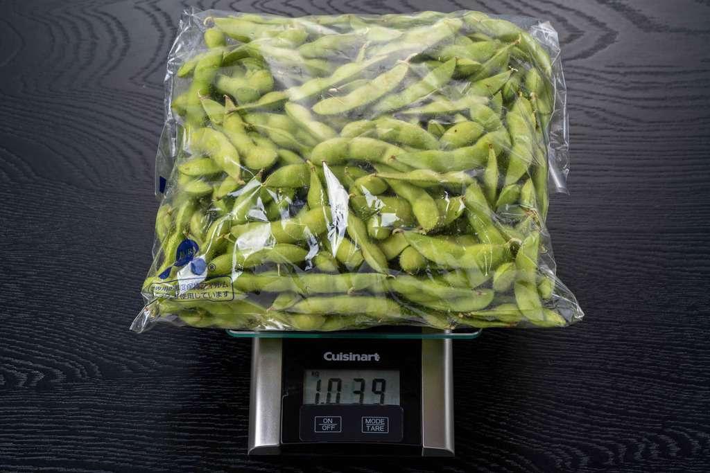 袋に入った完熟八尾枝豆を計量
