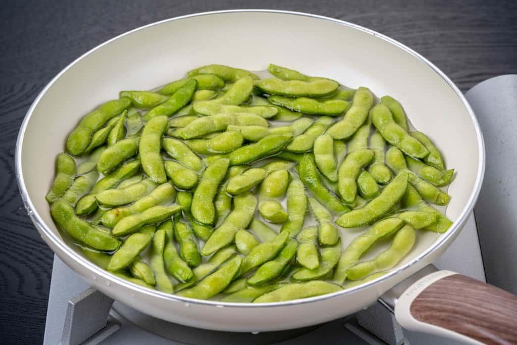 フライパンに水を張って八尾えだまめを入れる、枝豆を茹でる