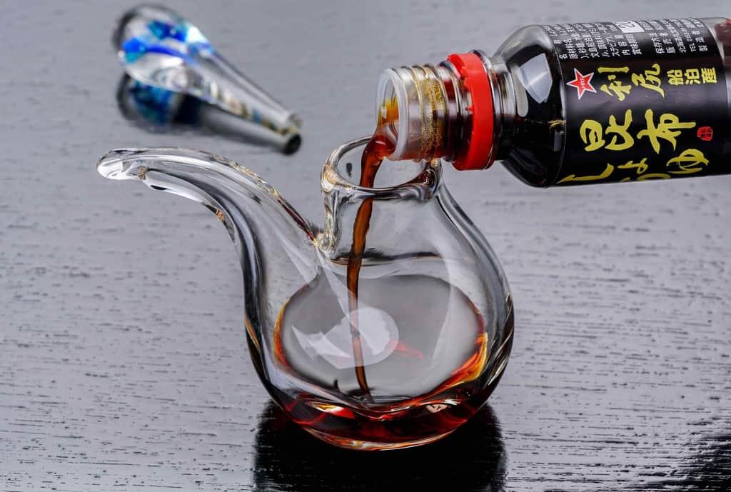 船泊漁業協同組合の昆布醤油を汁次に注ぐ、利尻昆布醤油を汁次に入れる