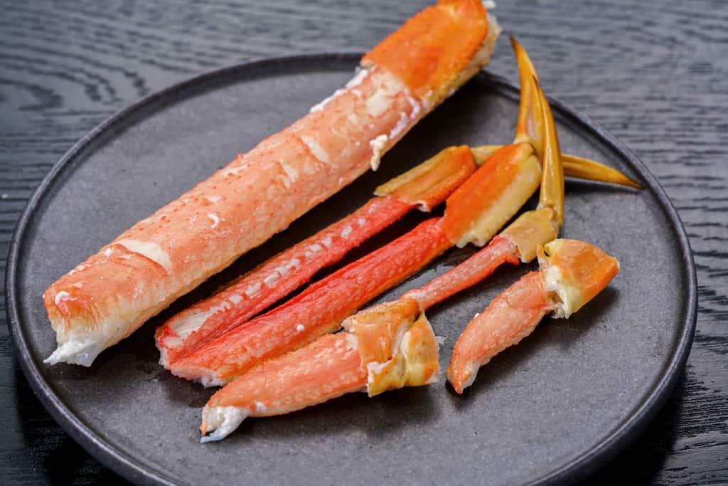 皿の上のロシア産ずわい蟹の脚肉