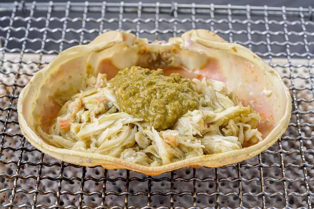 ズワイガニの甲羅焼き、ずわい蟹の甲羅に入った蟹味噌と肩肉