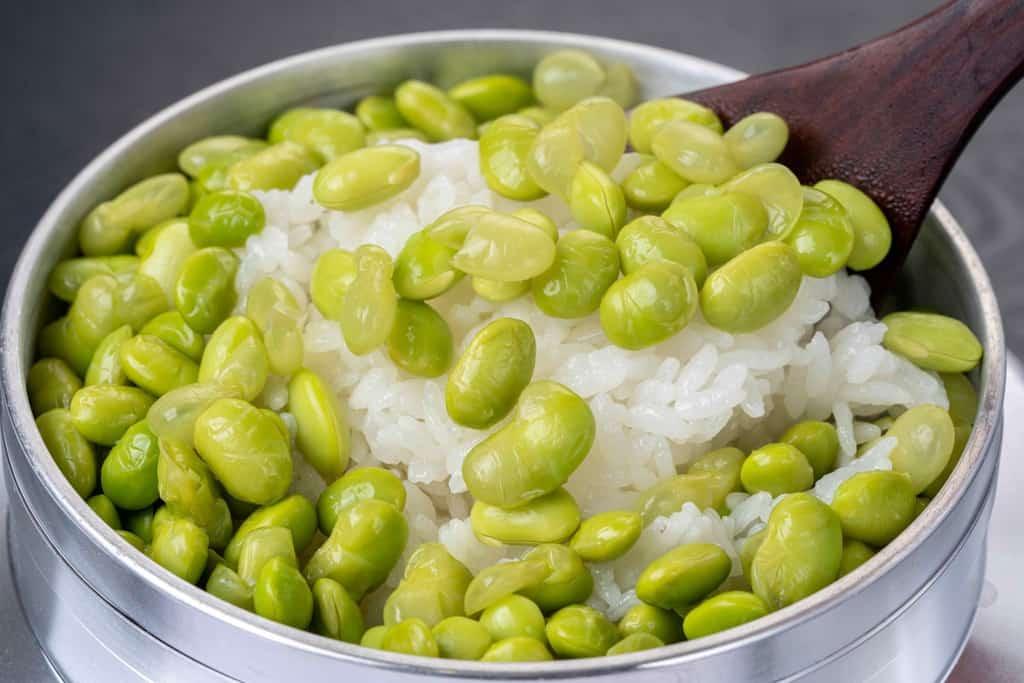 枝豆ご飯をしゃもじですくう、炊き立てえだまめご飯