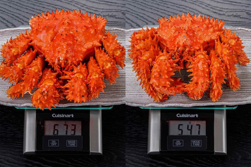 計量器の上の花咲蟹、北海道産の花咲ガニの重さを量る
