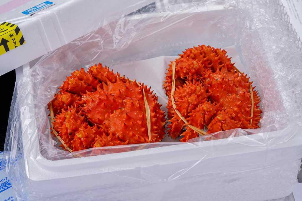 発泡スチロールに入った北釧水産の通販北海道産ゆでたて花咲蟹2尾