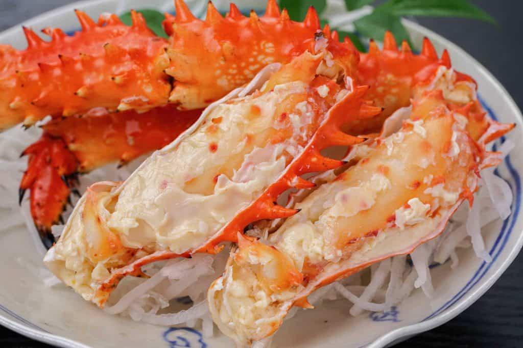ボイル花咲ガニの脚肉、皿に盛り付けた花咲蟹