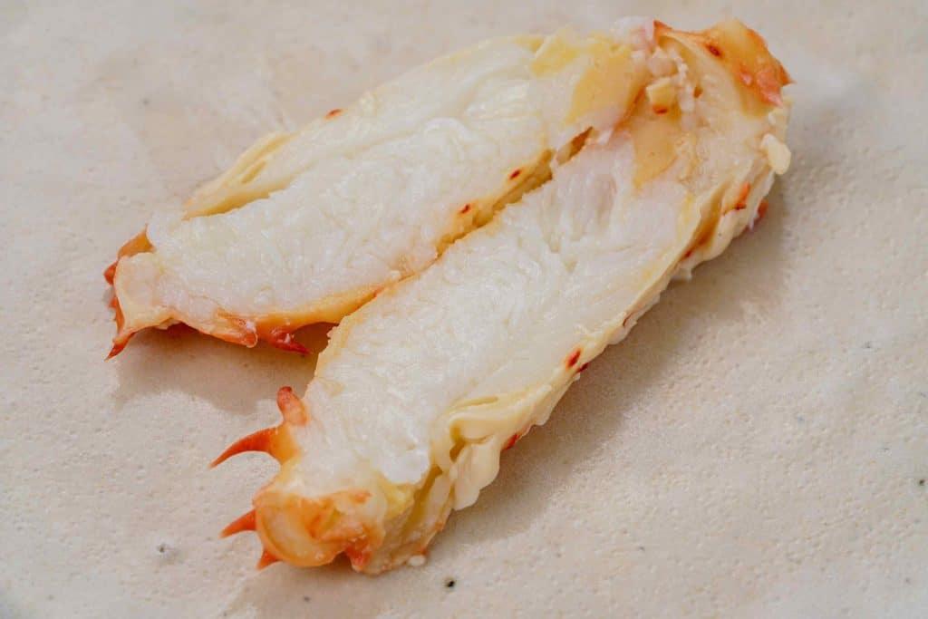 半分にカットして断面が見える状態の花咲蟹の脚肉