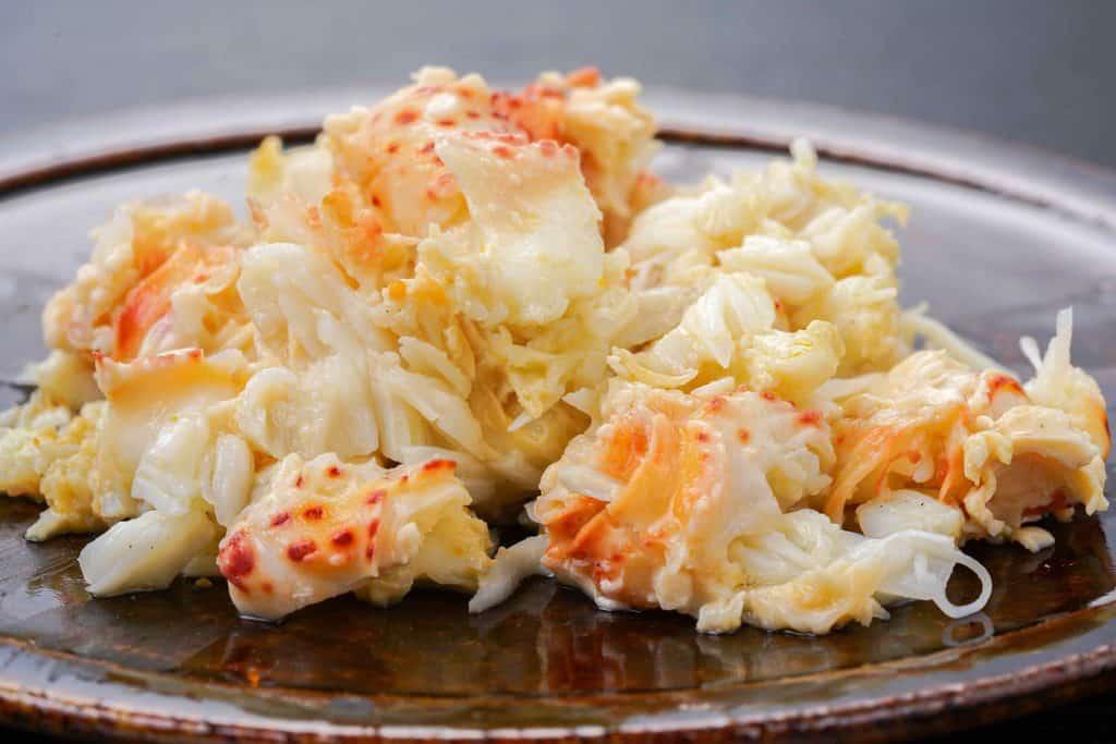 花咲蟹のほぐした肩肉、皿の上の花咲ガニの身