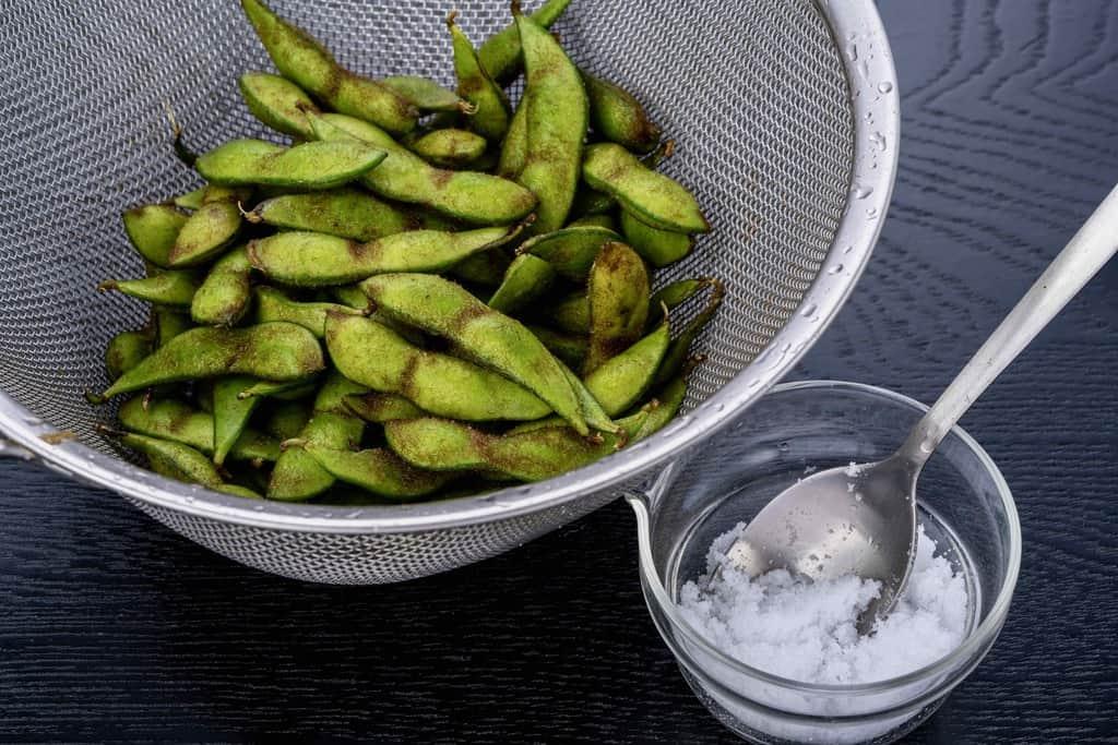 ザルに入った青森県の毛豆枝豆と塩