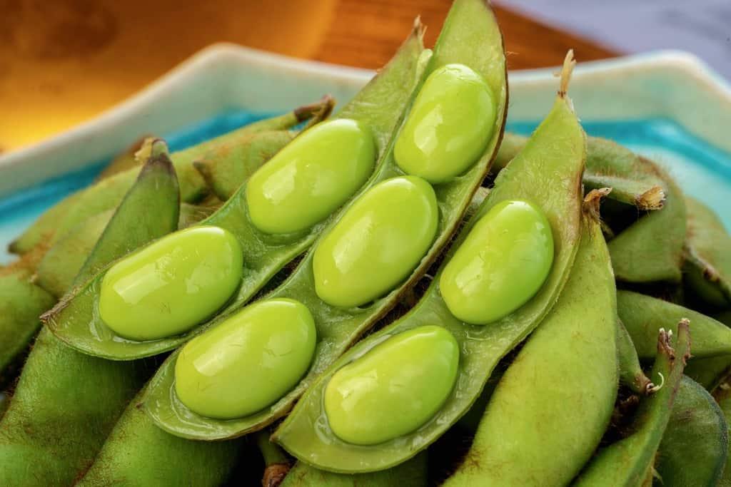 茹で枝豆のさやをとって豆が見える状態、大粒の茹で毛豆枝豆
