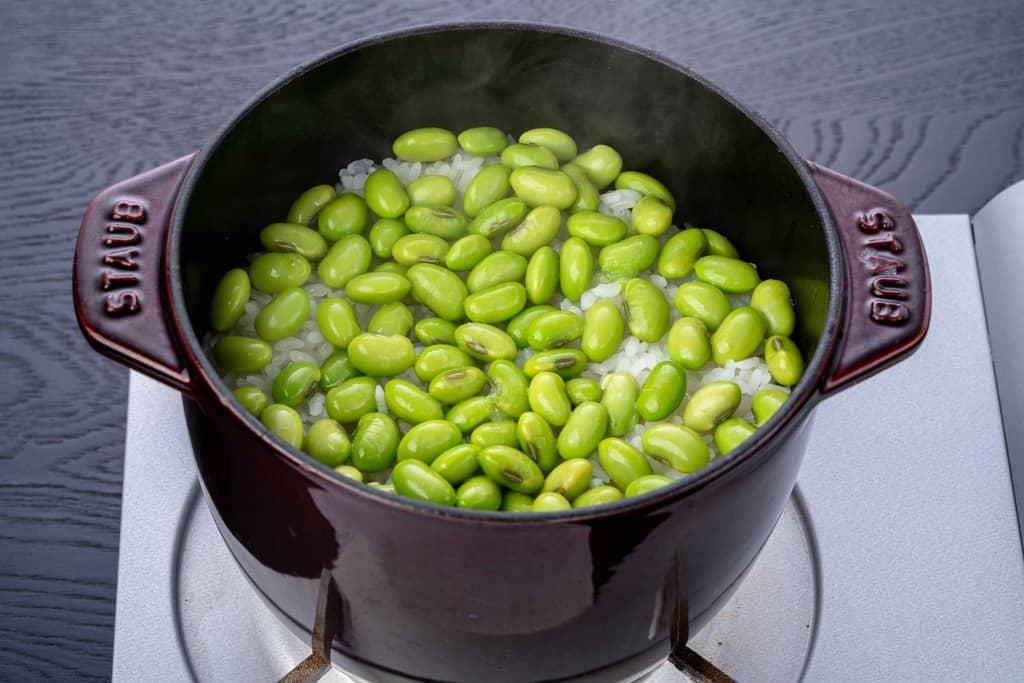 炊きたての枝豆ご飯、ストウブご飯鍋で作った青森県のいたや毛豆のごはん