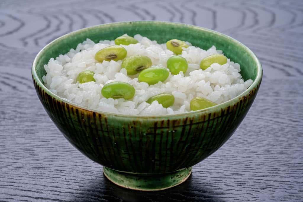 飯碗によそった毛豆枝豆のご飯、青森県いたや毛豆のごはん