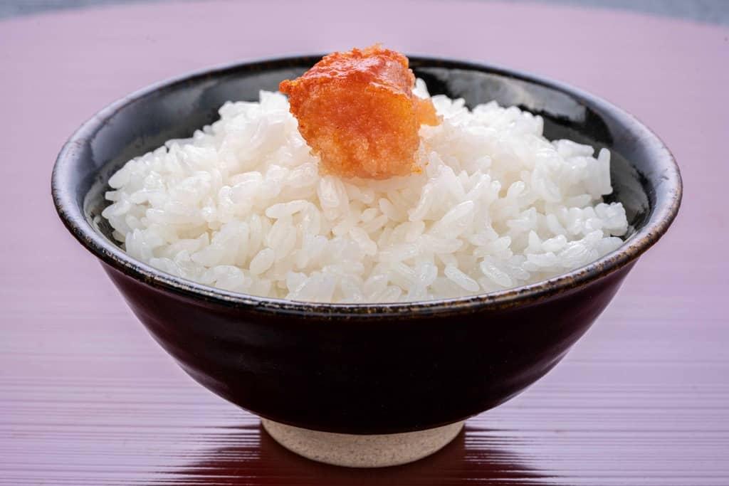 辛子明太子ご飯、飯碗・白飯・明太子、ふくやの味の明太子「復刻」をご飯に乗せる