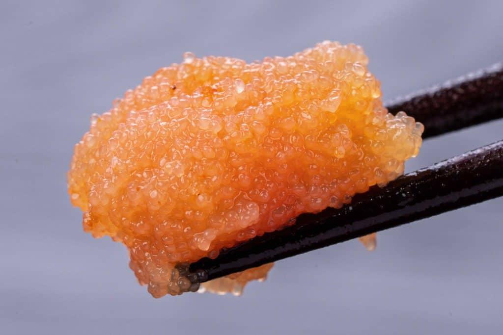 ふくやの味の明太子「復刻」を箸でつまむ、辛子明太子を箸でつまむ