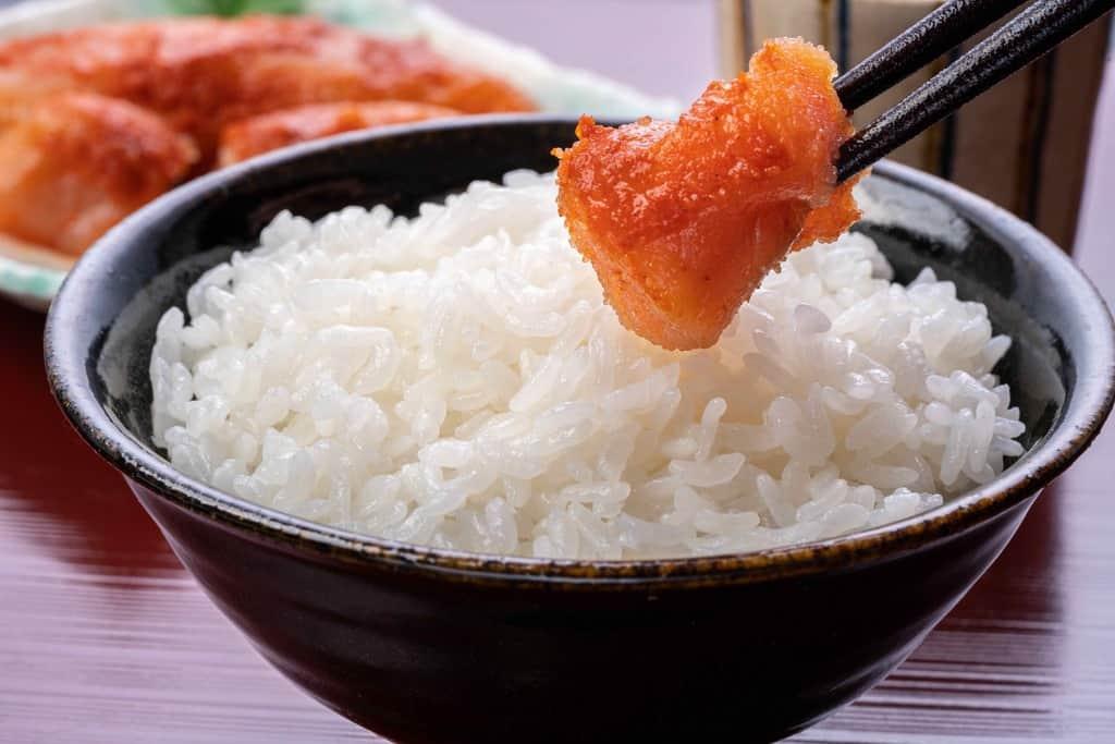 辛子明太子をご飯の乗せる、ふくやの味の明太子「復刻」と白飯