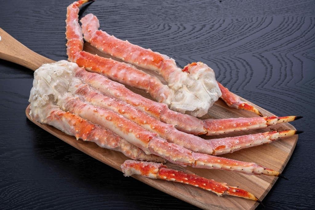 海の幸なのにYAMATOの「特大タラバ蟹1kg」、カッティングボードの上のロシア産冷凍タラバガニ