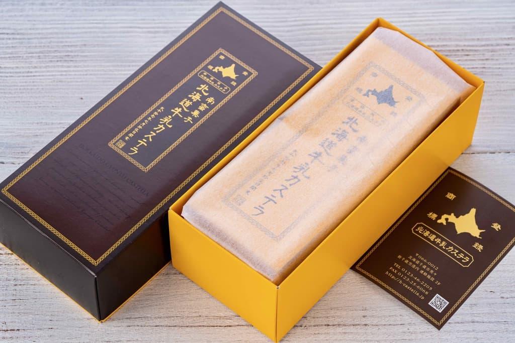 北海道牛乳カステラの箱を開ける、カステラ・リーフレット・ギフト箱