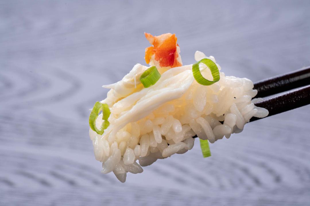 たらば蟹ご飯を箸で持つ、カニ飯、蟹飯