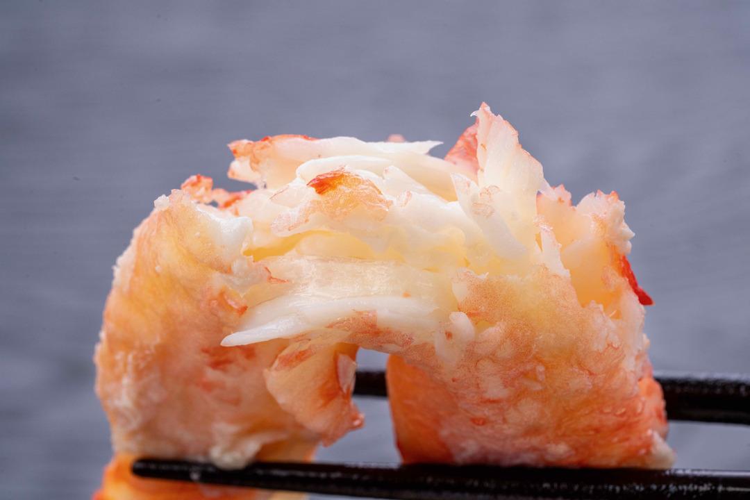 タラバガニの棒肉を半分に割る、筋肉の繊維が大きなタラバガニの棒肉