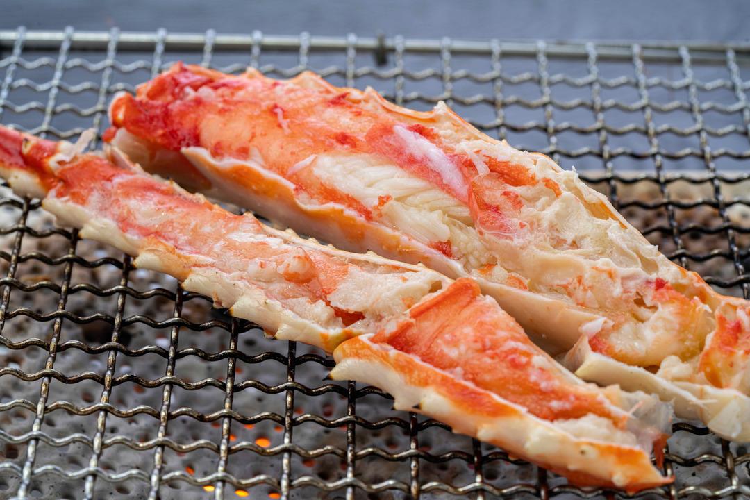 焼きタラバガニ、焼き網の上のたらば蟹