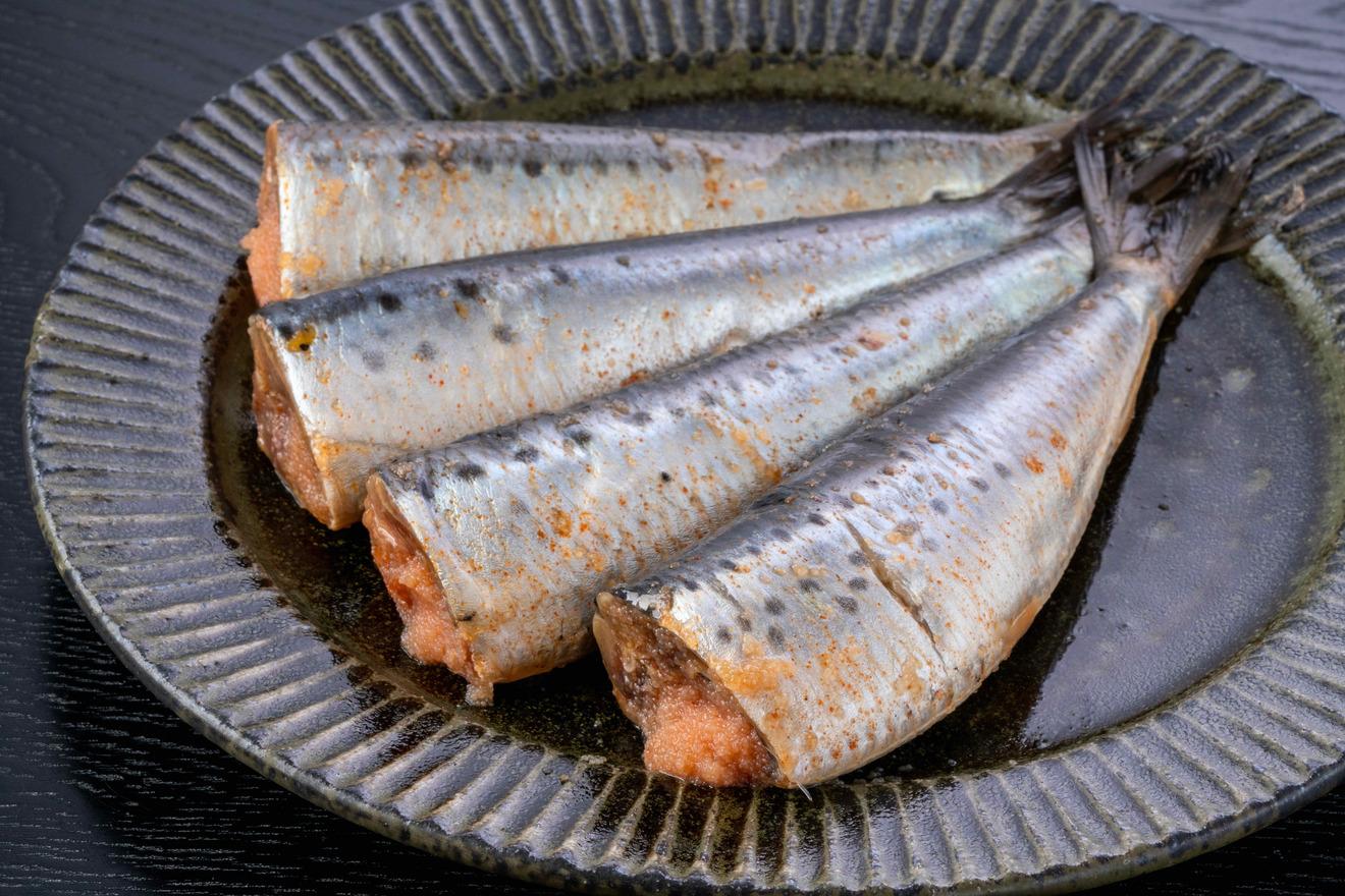 皿に並べた調理前の鰯明太子、島本食品の博多名物いわしめんたい4尾