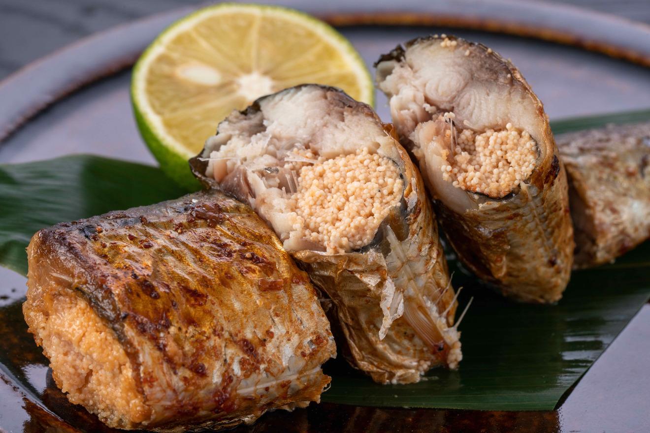 島本食品のいわしめんたいを焼く、いわし明太の断面には明太子が詰まっている
