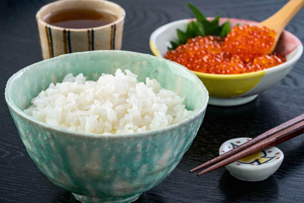 白いご飯・北海道ぎょれんのいくら醤油漬け・お茶・箸、いくら丼