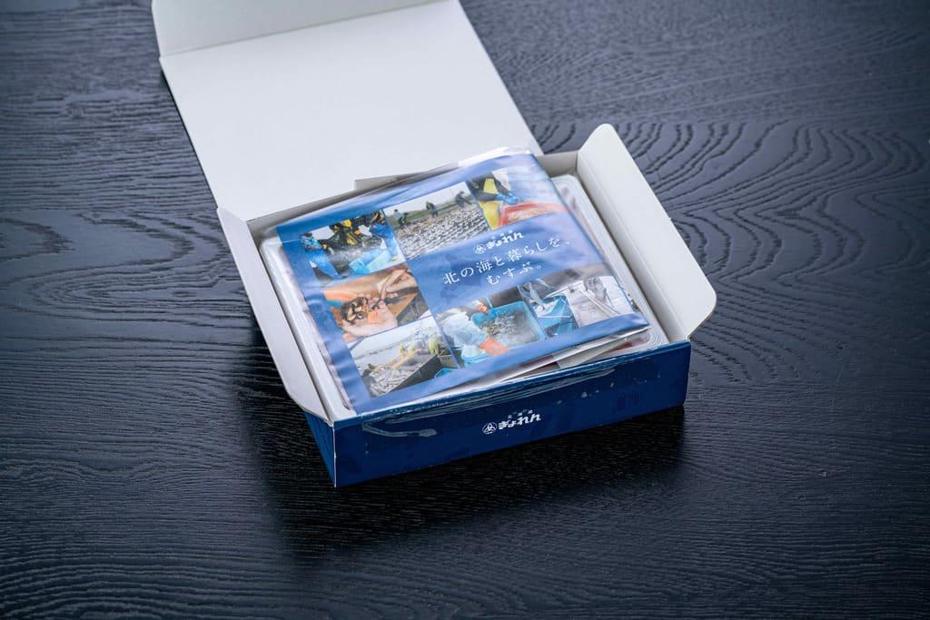 北海道ぎょれんのお取り寄せいくら醤油漬100g×2(北海道産・昆布しょうゆ味)のギフト箱のふたを開ける