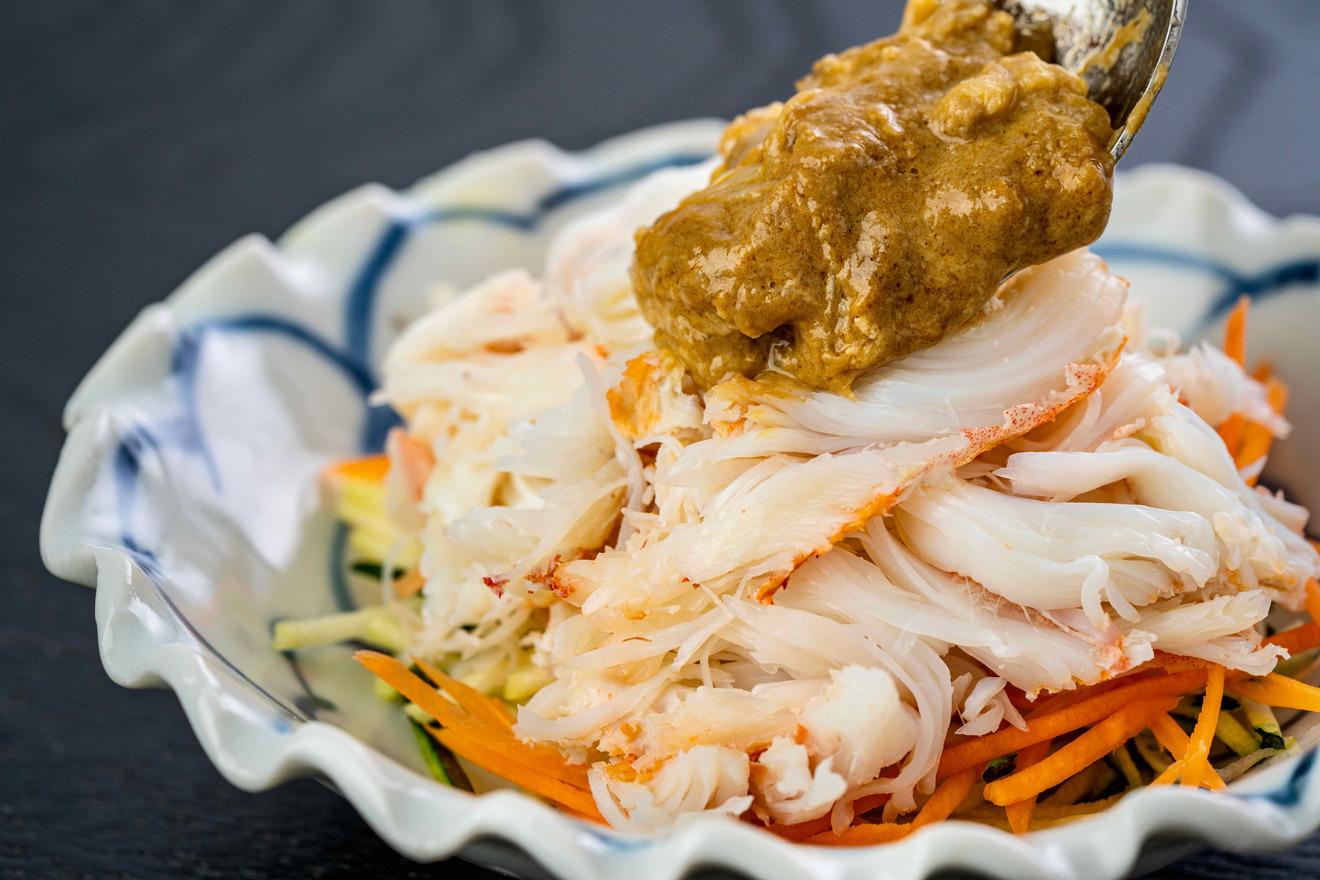 毛がにの身に蟹味噌をたっぷりかける、北海道産毛蟹の足肉とかに味噌